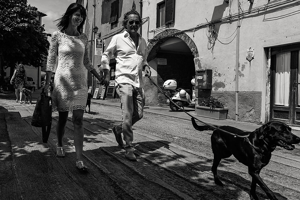 bride and groom with their dogs, wedding in scarlino tuscany