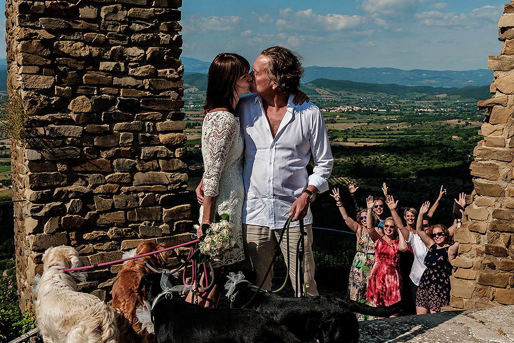 tuscan wedding in scarlino, funny group portrait