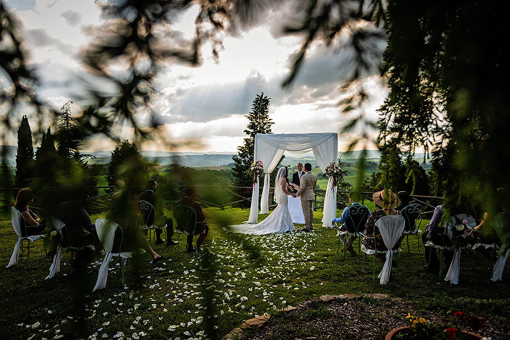 wedding in val d'orcia outdoor symbolic wedding
