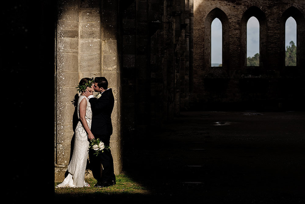 bride and groom session in san galgano