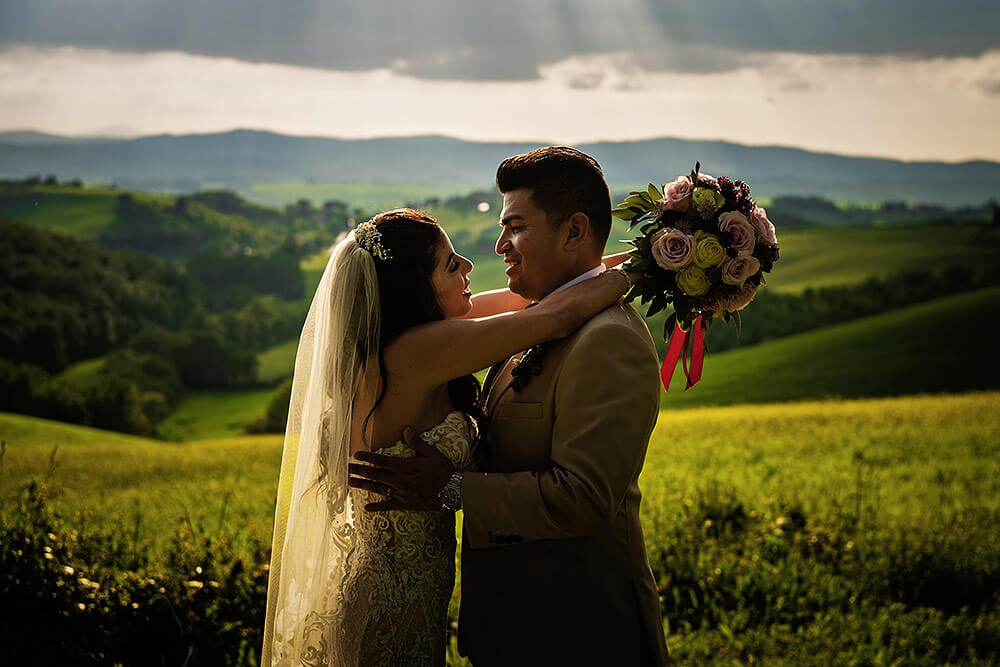 wedding couple photo in val d'orcia sunset