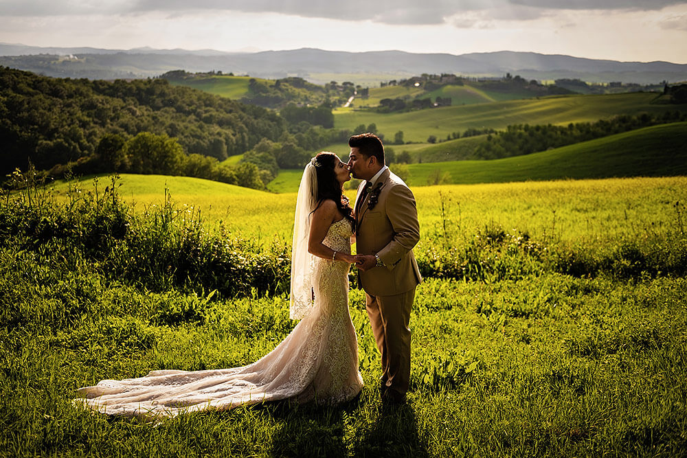 bride and groom photo at sunset in val d'orcia