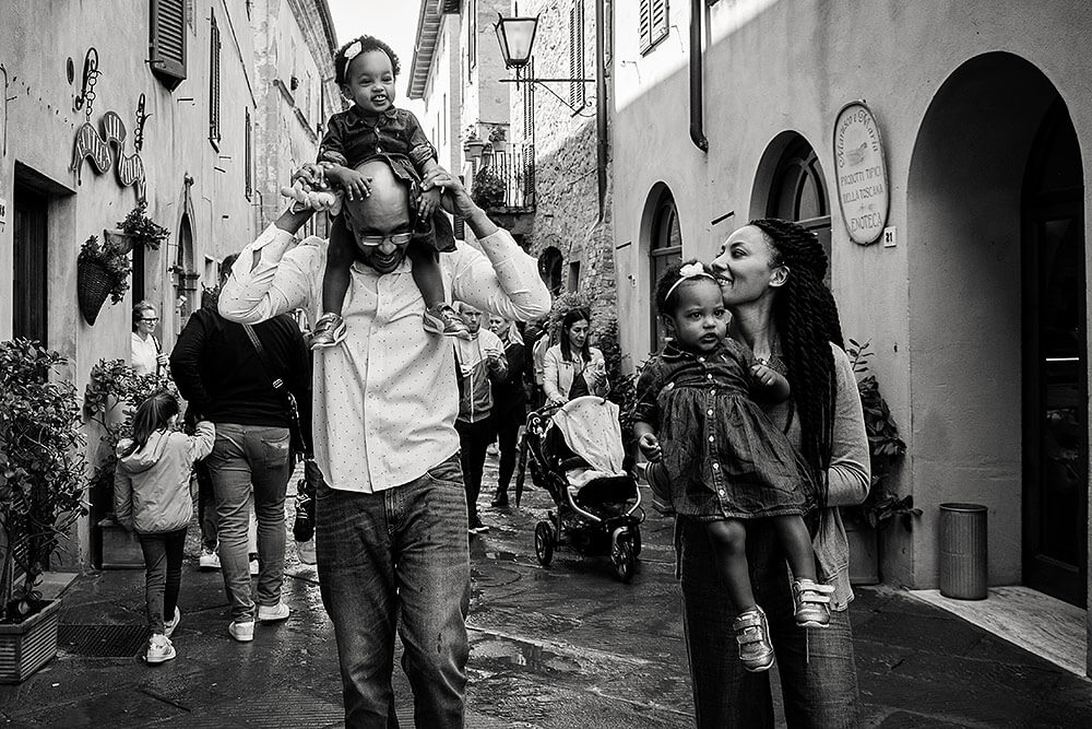Family session among the ancient streets of Pienza