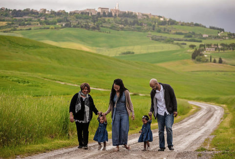 Family photographer in rolling hills of Val d'Orcia