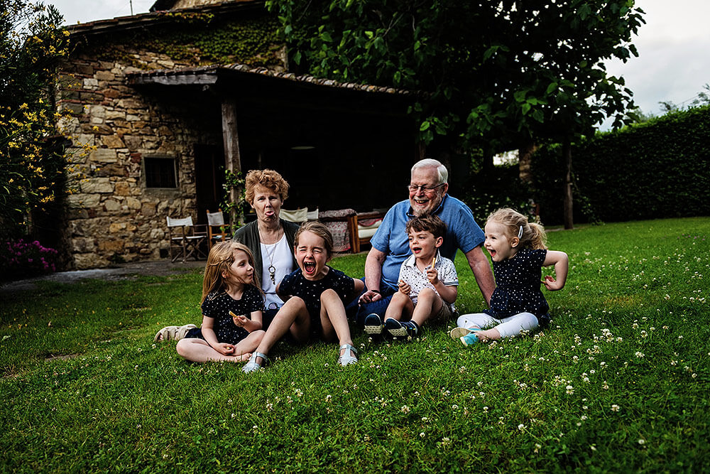 children with grandparents in a funny photo shoot in tuscany