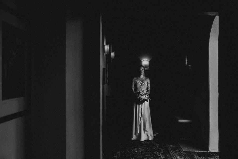 excited bride is waiting to marry, tuscan wedding photographer