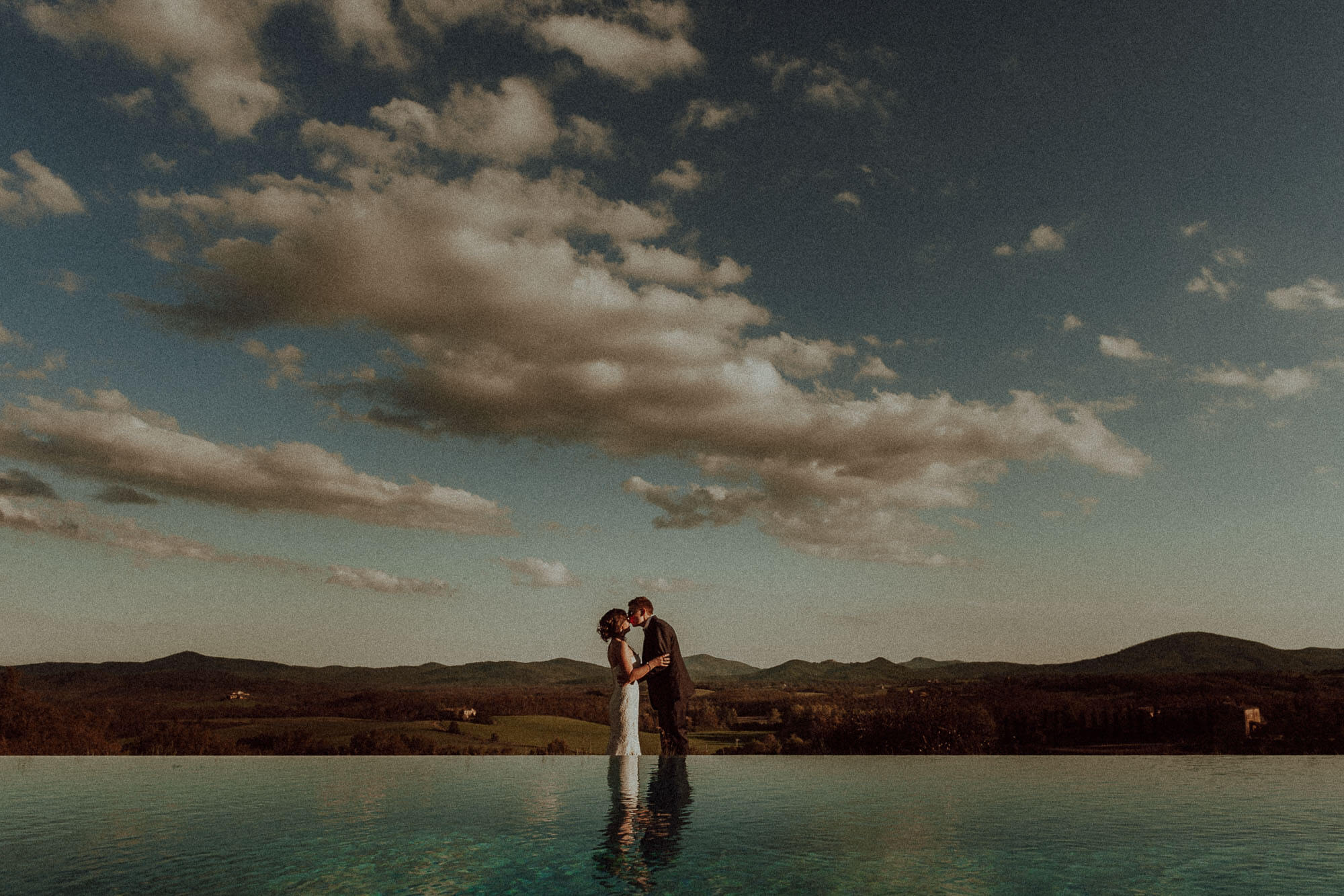 stunning panorama couple photo in tuscany countryside
