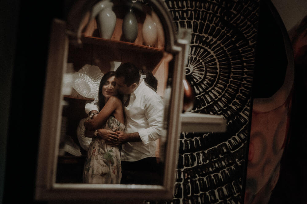couple photos in a characteristic Florentine shop, engagement photographer in Italy