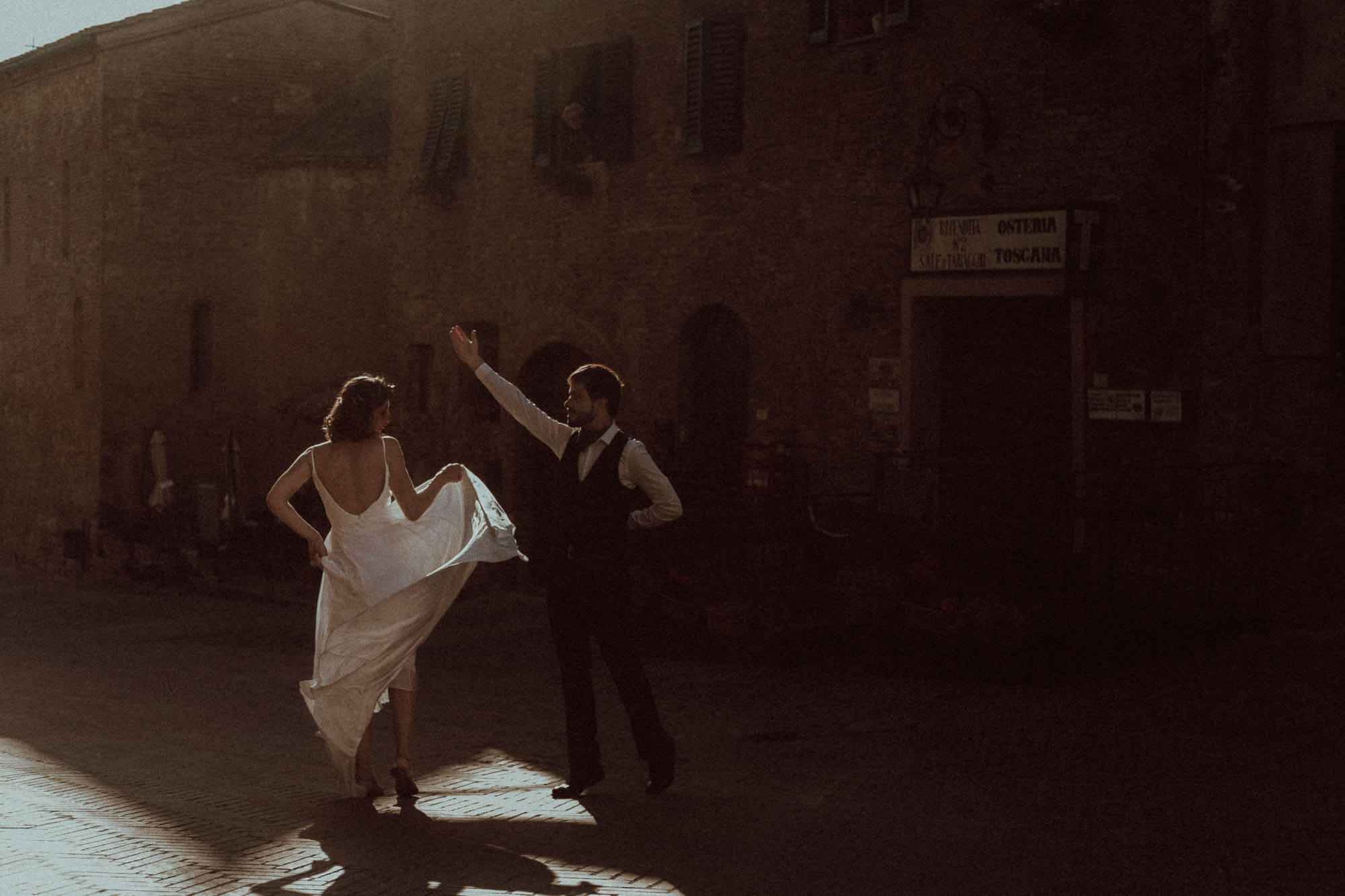 wedding couple photo in the street of certaldo in tuscany