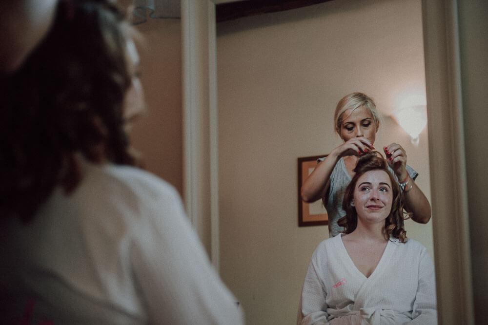 wedding in monteriggioni: bride getting ready