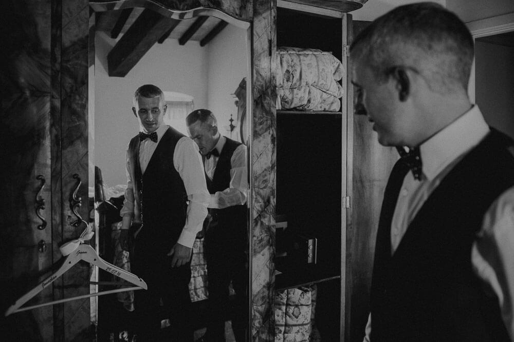 wedding in monteriggioni: groom getting ready