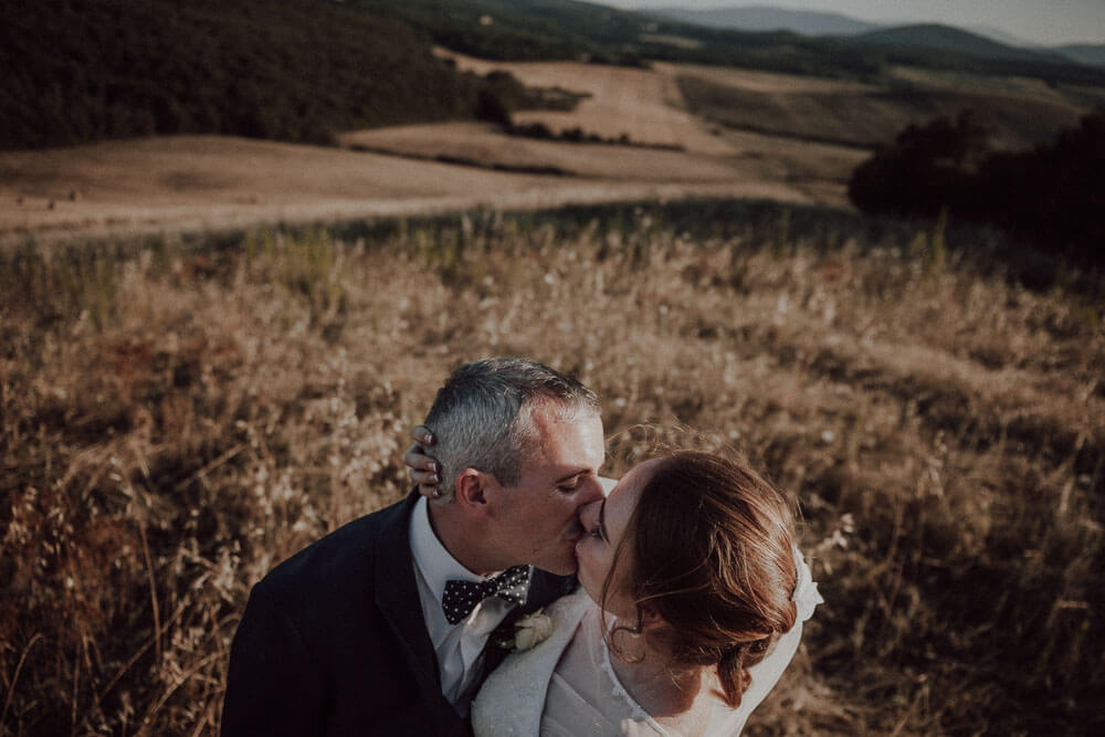 destination wedding in tuscany: couple session in countryside