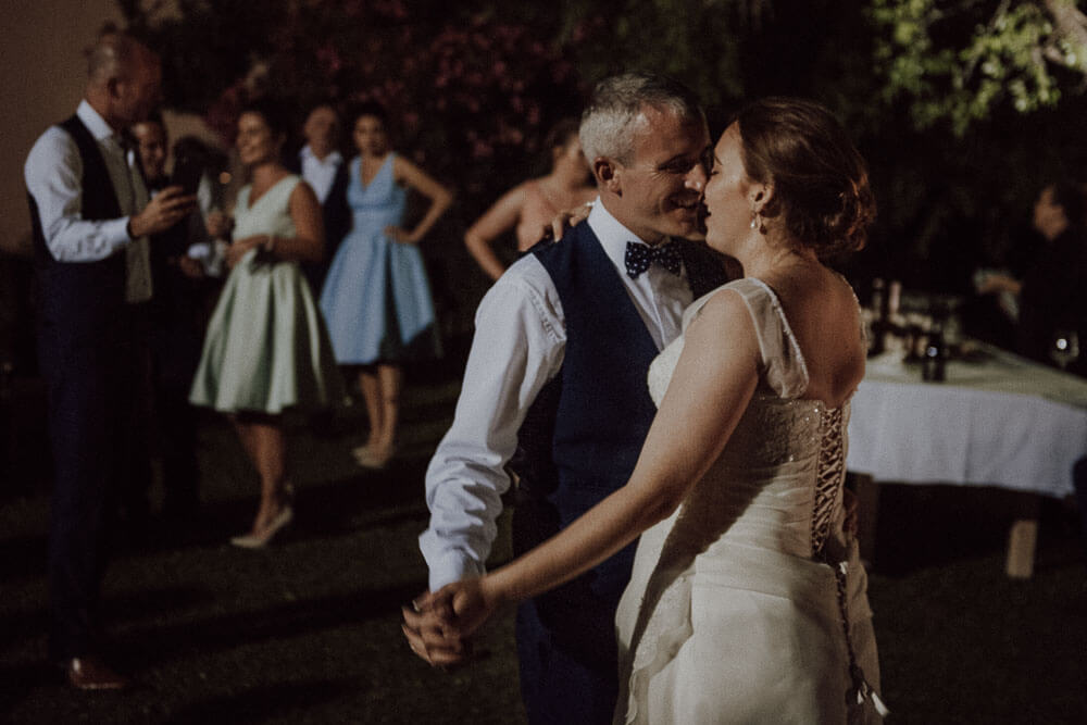 irish wedding in tuscany: bride and groom first dance