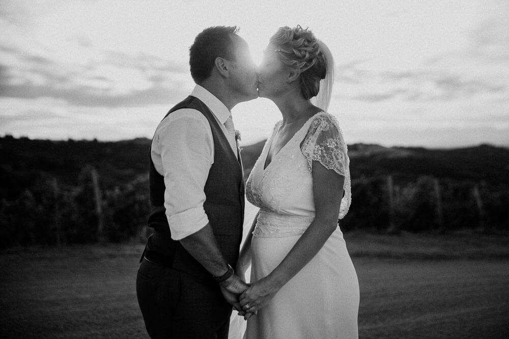 wedding couple kissing, langhe piedmont wedding photographer
