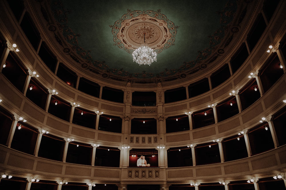 married couple are having a stunning photo shoot in the theater signorelli in Cortona, Tuscany