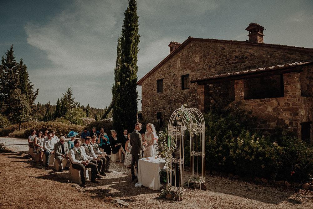 outdoor wedding in tuscany farmhouse
