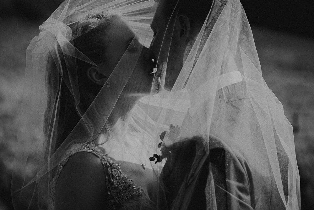 romantic wedding couple photo shoot in tuscany