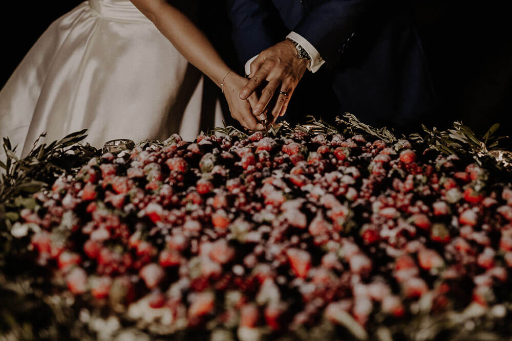 couple cutting the cake, wedding in tuscany